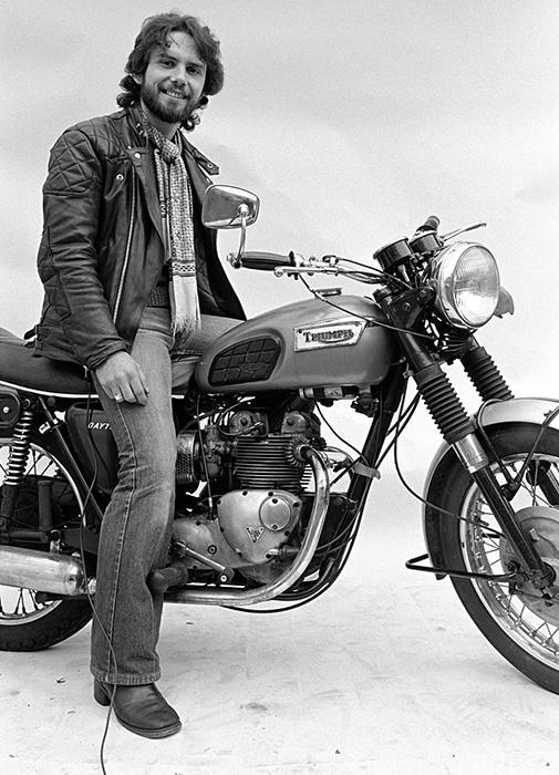 Этот мотоциклист захотел сфотографироваться со своим мотоциклом.