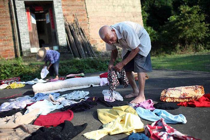 Кишоу помогает жене складывать одежду.