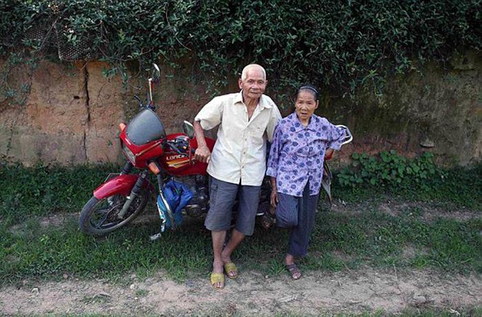 Пожилая семейная пара из Китая.