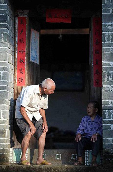 На доме Басао и Кишоу висят таблички о том, что они оба достигли столетнего возраста.