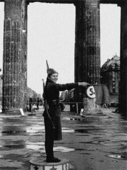 Советская сигнальщица у Брандербургских ворот.