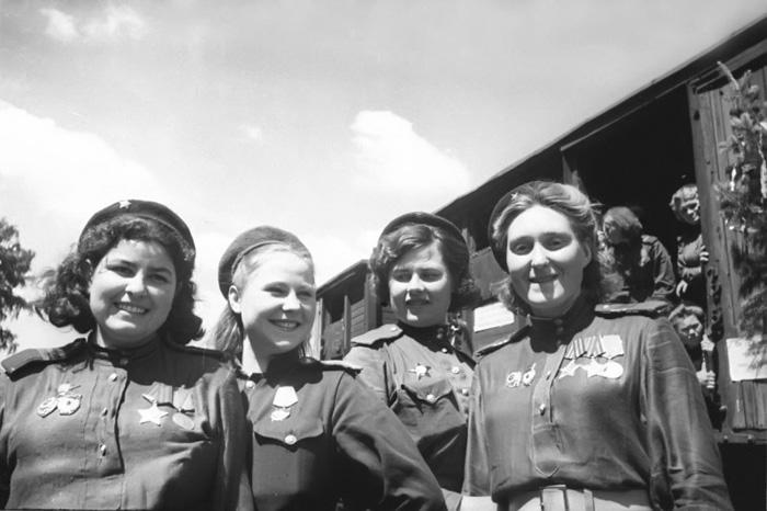Группа женщин-стрелков.