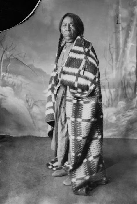Индеец, укутанный в покрывало. Ок.1886-90 гг.  Автор фото: Alex Ross.