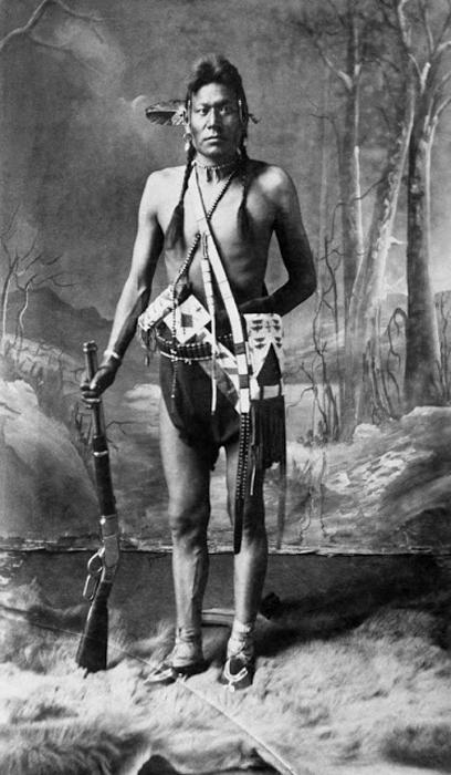Индеец племени Блэкфут с винтовкой, штат Альберта, 1887 г. Автор фото: Alex Ross.
