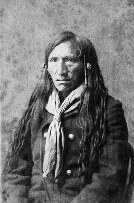 Охотник за зайцами в племени Блэкфут. Ок.1887-89 гг.  Автор фото: Alex Ross.