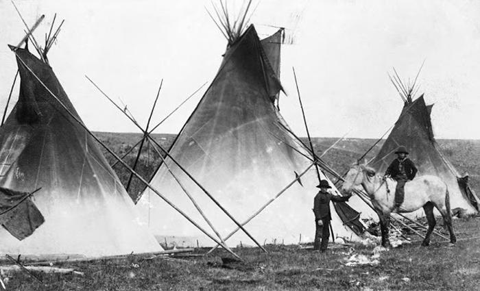Поселение Сарси к западу от Калгари, ок.1886-89 гг. Автор фото: Alex Ross.