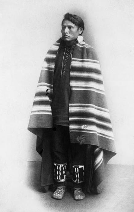 Индеец племени Блэкфут в пончо. 1886-89. Автор фото: Alex Ross.