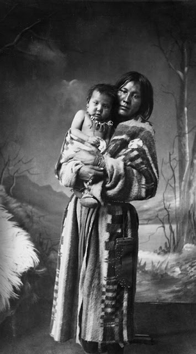 Женщина племени Сарси со своим ребенком, 1887г.  Автор фото: Alex Ross.