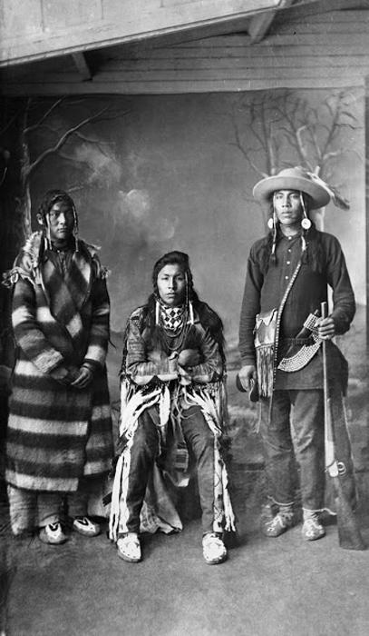 Три молодых человека из племени Блэкфутов, 1887г.  Автор фото: Alex Ross.