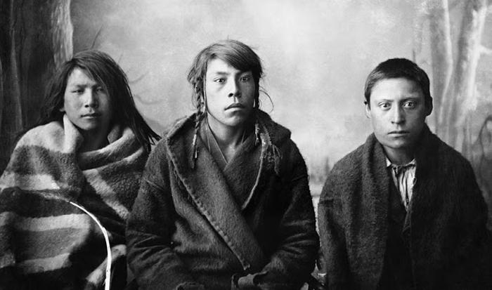 Три парня из племени Блэкфутов. Калгари, Альберта, 1887г. Автор фото: Alex Ross.