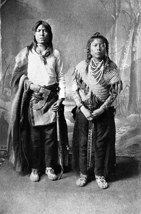 Двое из первых учеников американской школы. Индейцы Блэкфут, 1886г. Автор фото: Alex Ross.