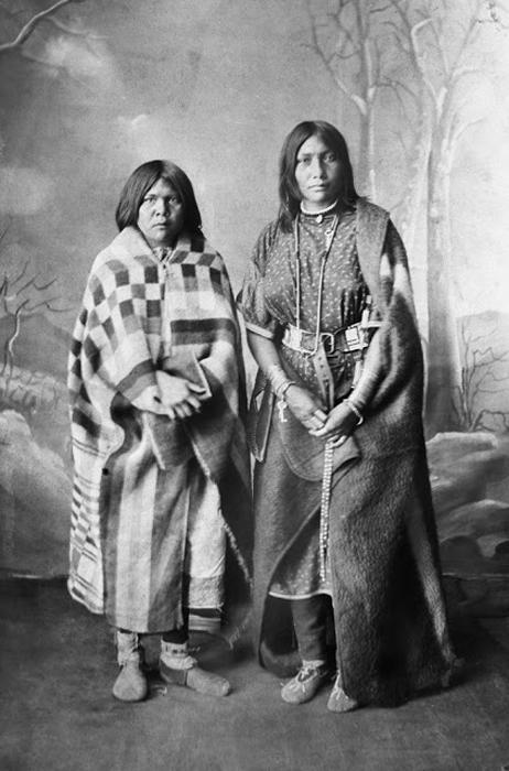 Две девушки из племени Сарси, 1887г.  Автор фото: Alex Ross.