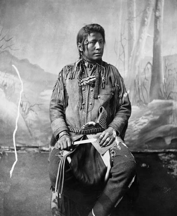 Индеец племени Блэкфут с ножом. 1885-94. Автор фото: Alex Ross.