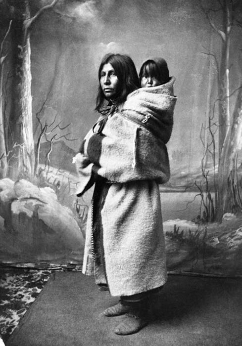 Женщина из племени Блэкфутов с ребенком за спиной, 1886 г. Автор фото: Alex Ross.