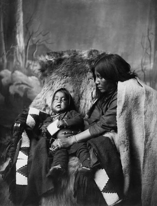 Женщина племени Блэкфут с ребенком. Конец 1880-х. Автор фото: Alex Ross.