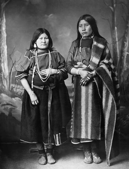 Женщины племени Блэкфут. Автор фото: Alex Ross.