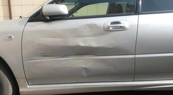 Вмятина на двери автомобиля, полученная в результате столкновения с грузовиком.