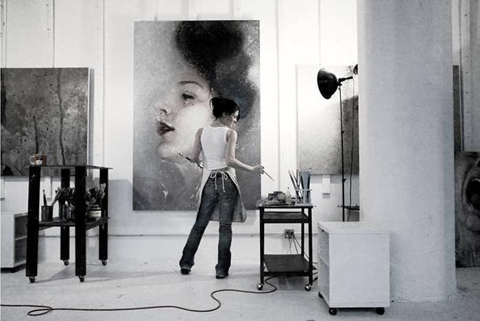 Alyssa Monks в своей студии.