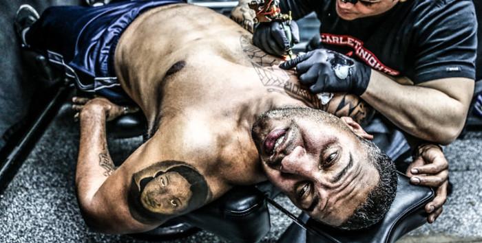 Процесс нанесения татуировки.