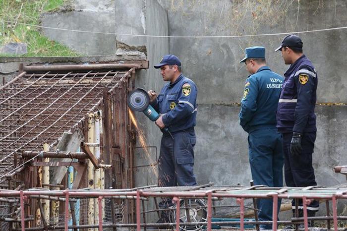 Спасателям пришлось разрезать вольер циркулярной пилой, так как другого способа освободить животных не было.
