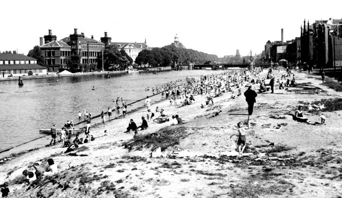 На пляже Амстердама, Prins Hendrikkade, 1947г.