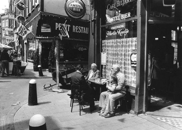 На террасе кафе по улице Haarlemmerstraat, 1981г.