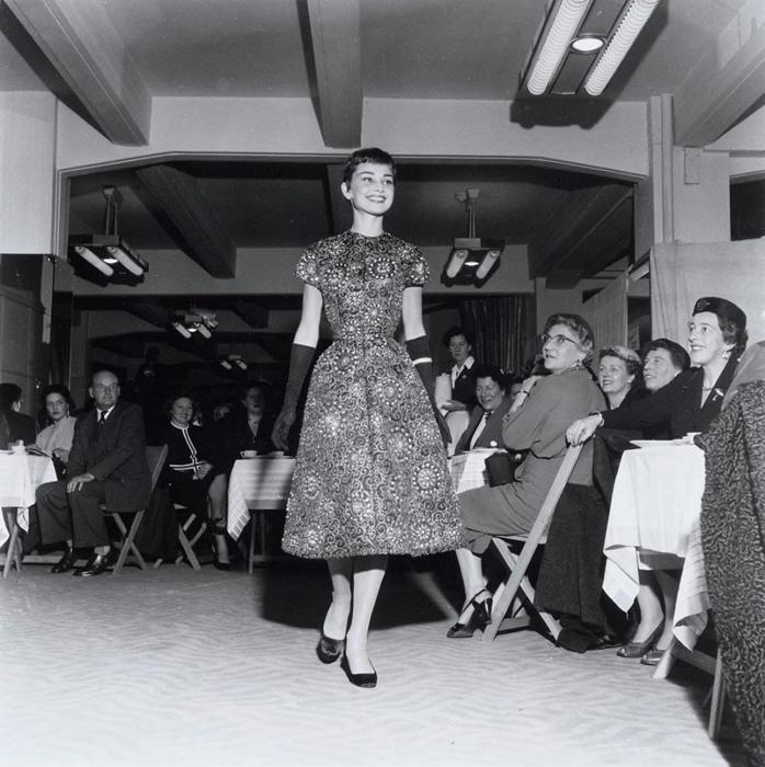 Одри показывает одежду на фешн-шоу в магазине Герзон в Амстердаме. 2 ноября 1954г.