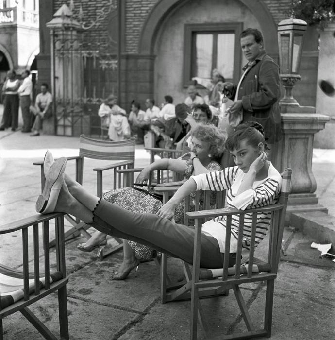 На студии Синечитта во время перерыва на съемках фильма *Война и Мир*. Рим, Италия, август 1955г. Фотограф: Pierluigi Praturlon.