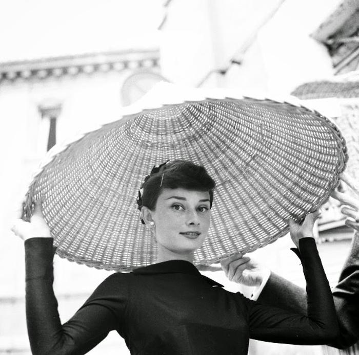 Одри Хепберн в Риме на рынке. Май 1955г. Фотограф:  Willy Rizzo.