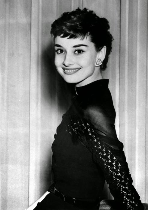 Одри Хепберн во время коктейльной вечеринки в ее честь в отеле Клариджес в Лондоне. 21 мая 1953г.