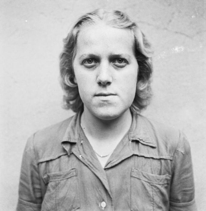 Герта Боте в ожидании суда, август 1945г. Герта принимала участие в организации и сопровождении марша смерти женщин из центральной Польша в Берген-Бельзен. Ее приговорили на 10 лет заключения в тюрьме, но освободили раньше, через 6 лет - 22 декабря 1951 года.