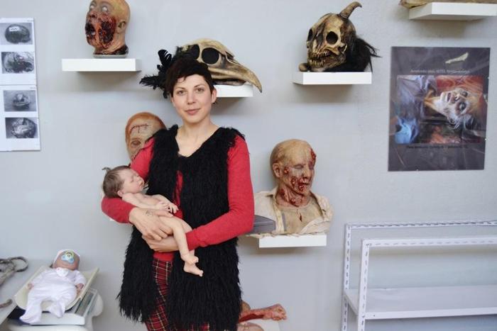 Кристина Иглесиас держит одну из кукол своей компании.