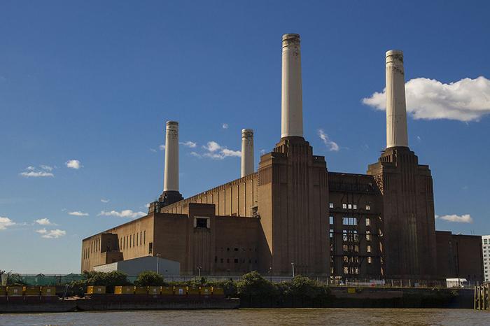 Вид электростанции Баттерси с северного берега Темзы.