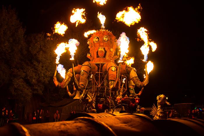 El Pulpo Mecanico - механический осьминог, освещающий свой путь огнем.