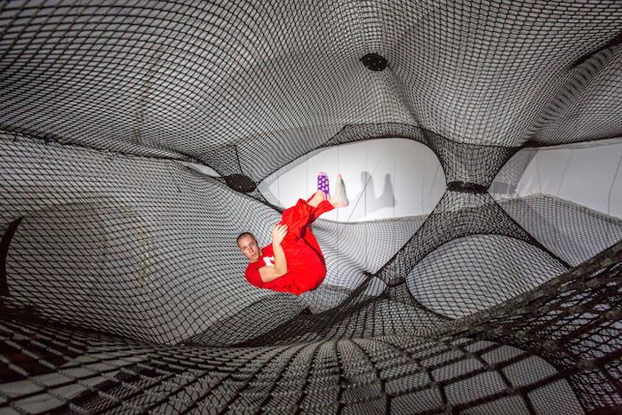 Net Blow-Up - самоподдерживающая скульптура, по которой можно взбираться.