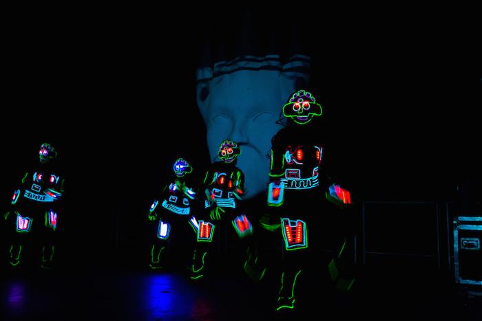 На сцене развлекает людей техно-группа  iLuminate.