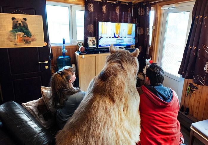Благодаря любви и терпению семейной паре удалось вырастить Степана в большого доброго медведя.