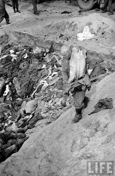 Немецкого охранника заставили относить тела погибших узников в общую могилу концлагеря Берген-Белзен.