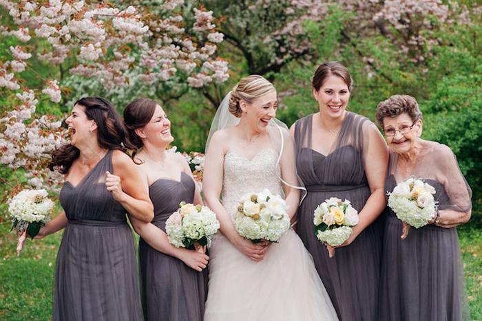 Кристин Квин и подружки невесты, включая 89-летнюю Нану Бетти.