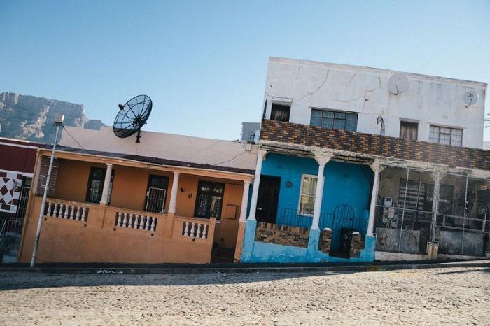 В Бо-Каап находятся одно-двухэтажные домики яркой расцветки.