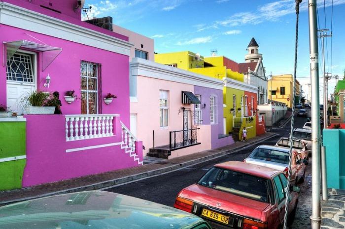 Каждый дом выкрашен в свой собственный цвет.