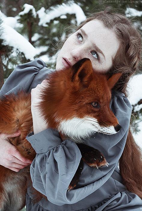 Обнимая лису.  Фото: Alexandra Bochkareva.
