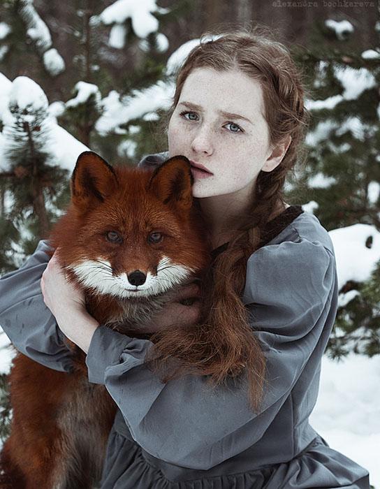 Рыжеволосая модель и рыжая лиса Алиса.  Фото: Alexandra Bochkareva.