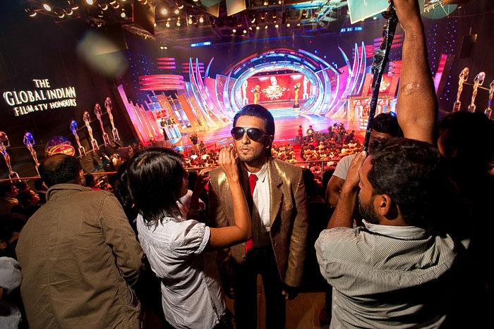 Гример поправляет грим Ринвиру Сингху перед тем, как тот зайдет на сцену 2011 Global Indian Film and TV Honors.