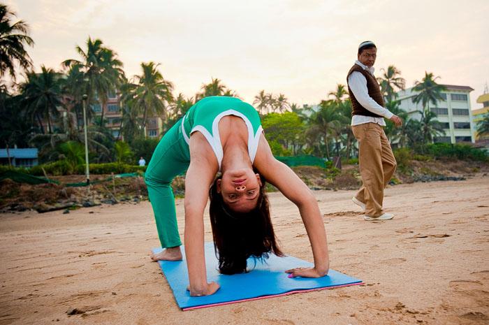 Ниту Чандра выполняет утреннюю йогу на пляже в Мумбаи. *Первые 15 дней после прибытия в Мумбаи я жила в вагончике, и целый год не могла найти работу. Я никогда не просила у родителей денег, я всегда хотела добиться всего самостоятельно.*