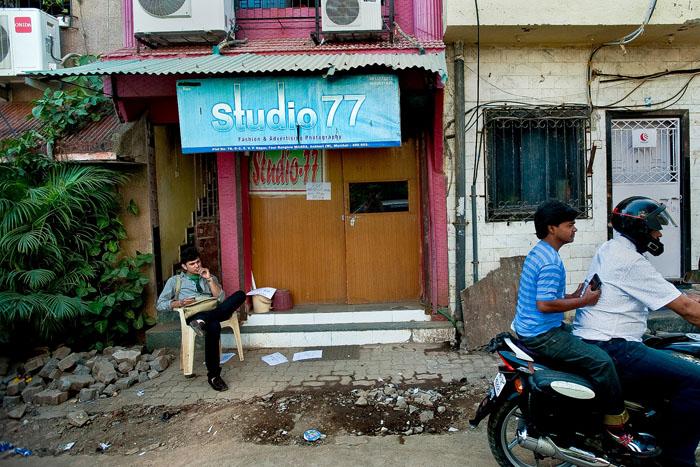 Мужчина сидит у входа в Studio 77, одного из самого занятого офиса в Андери.