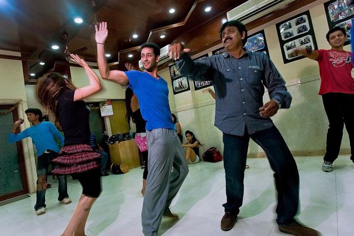 Шивам Баргава тренирует танец на студии. *Когда-то я был очень ленивым, спал по 18 часов в день. Но сейчас работать мне одно удовольствие, потому что я люблю это.*