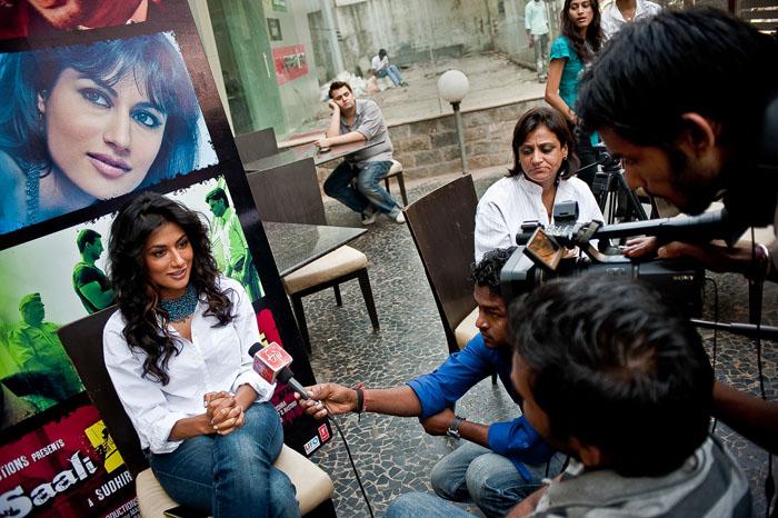 Шитрангада Сингх, модель и актриса, отвечает на вопросы во время пресс-конференции. *Видеть себя на экране ужасно. Я вся сжимаюсь и стараюсь утонуть в кресле. Я занимаюсь самокопанием и постоянно вижу только недостатки.*