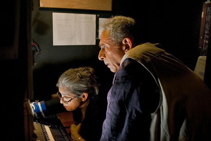 Назируддин Шах и Ратна Патак Шах работают над освещением во время репетиции в Prithvi Theater.