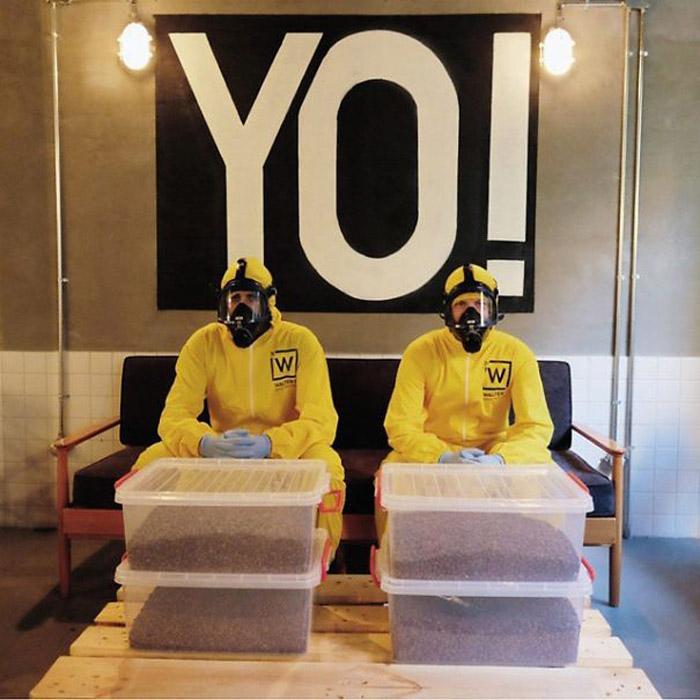 Сотрудники кафе одеты в химкамбинизон желтого цвета.